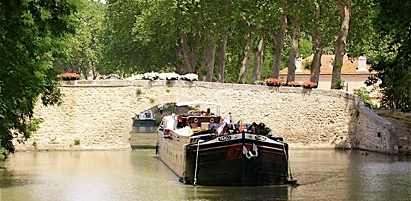 Canal du Midi luxury hotel-barge with a hot tub